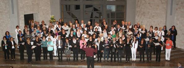 Nacht der Chöre am 20.06. in St. Bernhard mit den Kirchenchören aus FFB und Emmering Foto: Gemeinsames Schlusslied.
