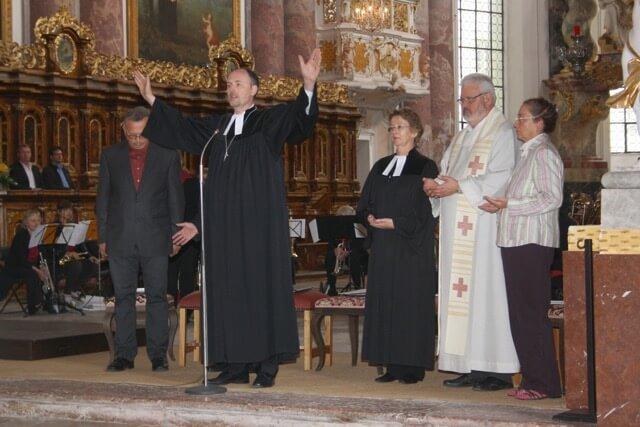 Dekan Stefan Reimers, ev. Dekanat FFB, beim Schlusssegen des Abschlussgottesdienstes.