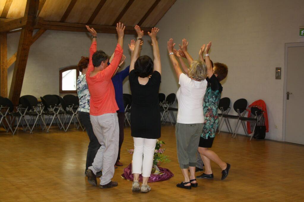 Gotteslob beim Tanzen: Zu Meditativen Morgentänzen im VeranstaltungsForum Samstag, 20. Juni fanden sich nur Frauen ein. Foto: Deschauer