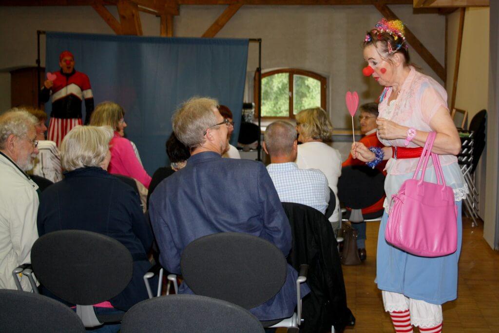 Clowns: So geht´s manchmal im Ehealltag zu… Die Clowns Nikolosi und Clownine brachten in zwei Veranstaltungen alle zum Lachen, und manche zum Nachdenken. Foto: Deschauer