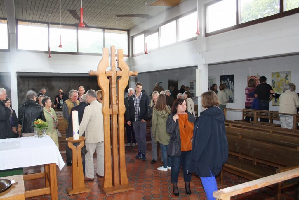 """Kunst: """"Seht, welch ein Mensch."""" Zur Vernissage der zum Thema des Kirchentags passenden Kunstausstellung waren viele Besucherinnen und Besucher am Samstag, 20. Juni um 11 Uhr in die Gnadenkirche gekommen. Foto: Deschauer"""