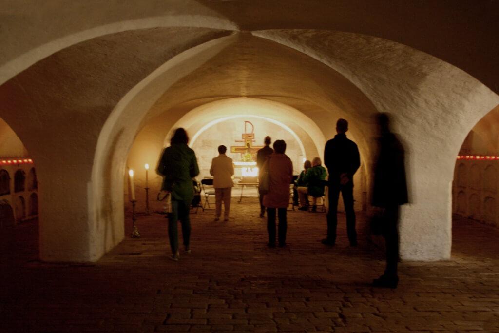 Stille: Ein Raum der Stille gehört zu jedem Kirchentag, hier in der Krypta der Klosterkirche. Foto: Deschauer