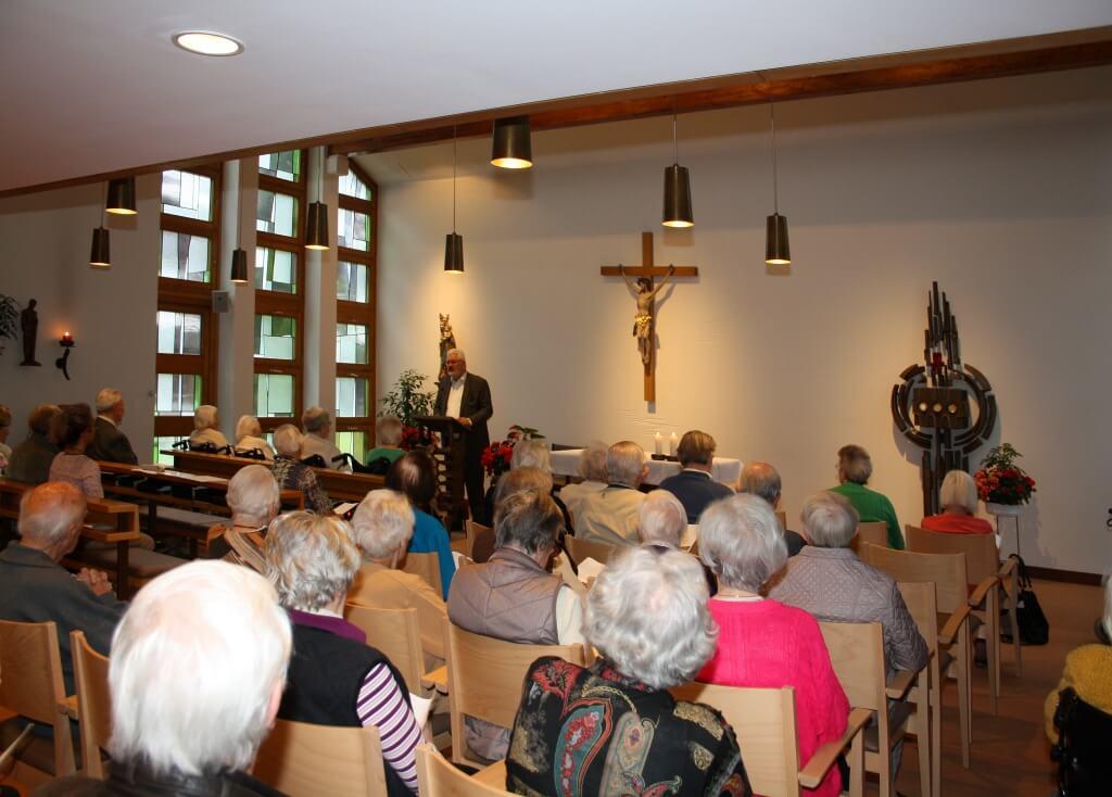 Morgengebet: Das katholische Altenheim Theresianum hatte zu einem Morgengebet am Samstag, 20. Juni um 9.30 Uhr mit Dekan Albert Bauernfeind eingeladen. Foto: Deschauer