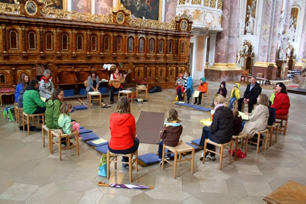 Biblische Geschichten: In der Klosterkirche trafen sich am Samstag, 20. Juni Kinder mit ihren Müttern zu biblischen und religiösen Geschichten. Foto: Deschauer
