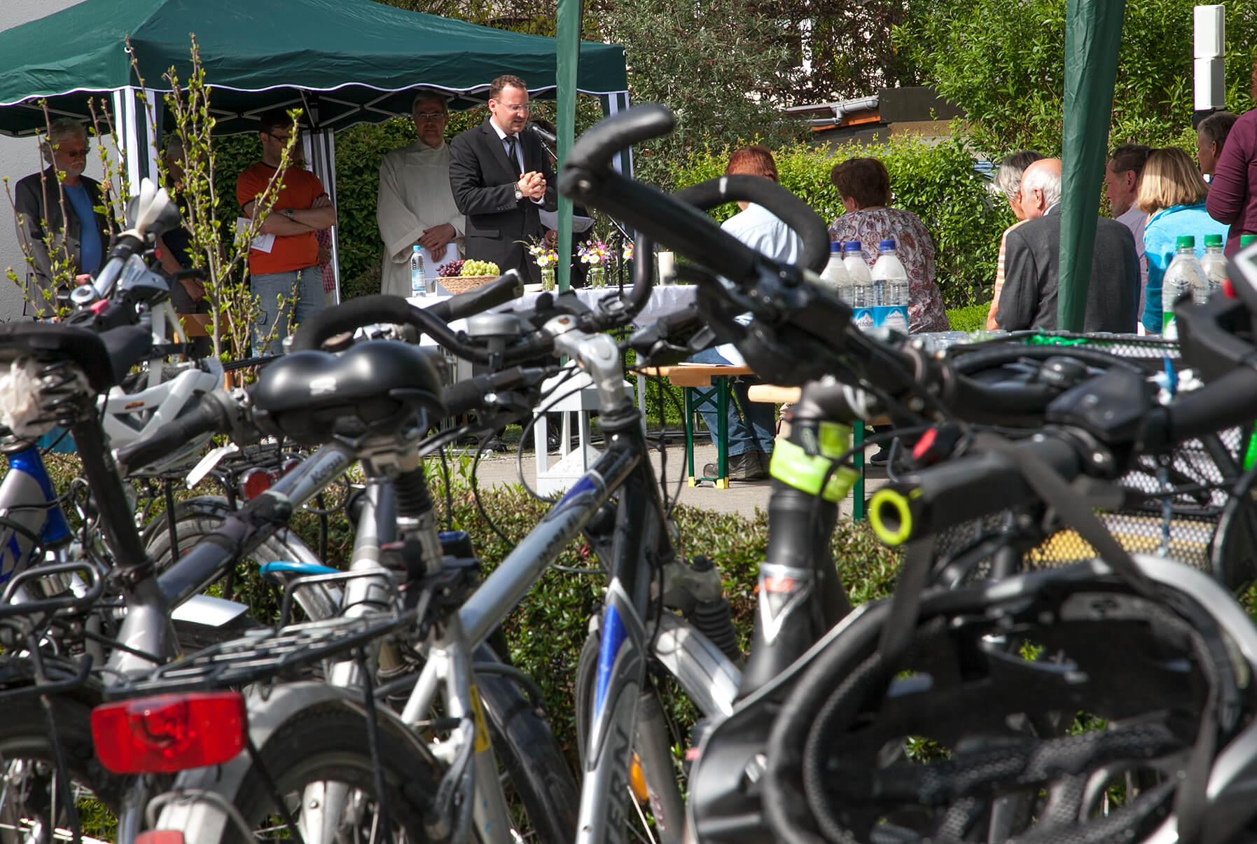 Für eine Stunde ließen die Radler des Allgemeinen Fahrrad-Clubs Fürstenfeldbruck (adfc) ihre Fahrräder stehen und suchten Ruhe und innere Einkehr bei einem Gottesdienst vor der Neuapostolischen Kirche in Fürstenfeldbruck. Foto: Stefan Trebing